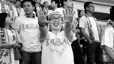 女球迷独赴异地为球队加油球员集体鞠躬致谢(图)