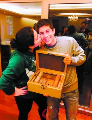 孔卡庆祝32岁生日爱妻献吻场面甜蜜温馨(图)