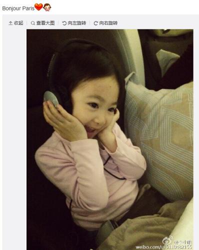 李小鵬曬女兒坐飛機照片 奧莉看動畫片萌翻(圖)
