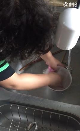 轩轩主动洗碗邹市明:见证孩子的成长是幸福的