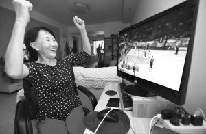 66岁阿姨与篮球结缘50年:想约郭少夺冠后视频聊天