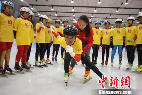全国轮转冰选拔赛暨速滑训练营开营李琰亲临指导