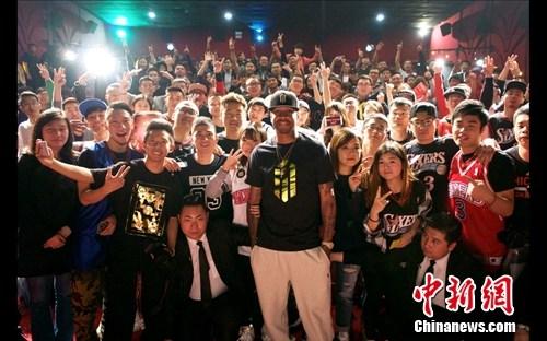 艾弗森入选名人堂后首次中国行 感谢球迷支持