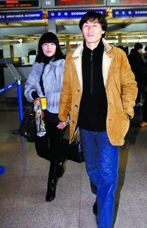 李玮峰老婆_李玮峰赴韩国踢球,妻子耿晓辉第一次曝光.