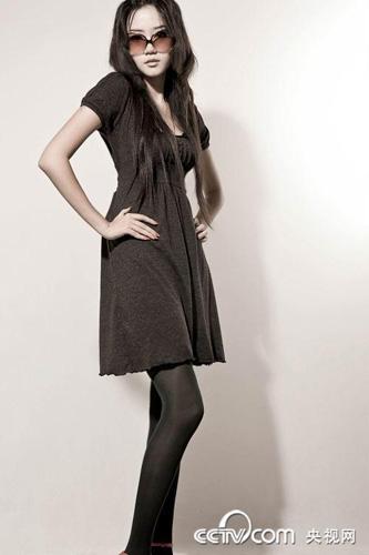 美女老师穿黑丝袜诱惑_绝色性感丝袜美女高挑的身材诱惑