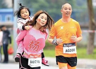 重庆国际半程马拉松:31岁妈妈背着3岁女儿跑半马