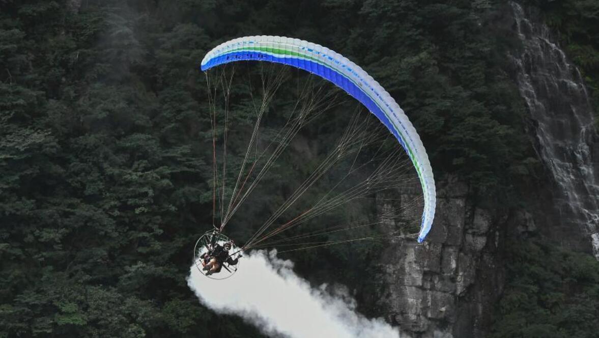 """动力伞""""极限飞荡""""特技赛完赛 6国选手空中炫技"""