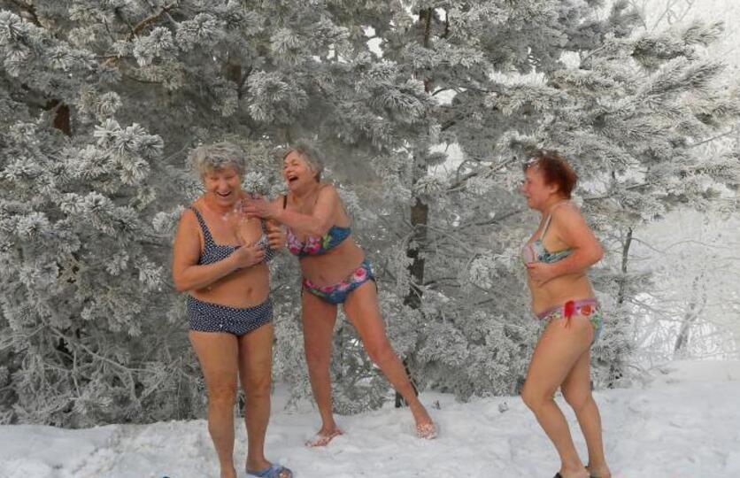 战斗民族果然抗冻 零下38度冬泳雪地里嬉戏