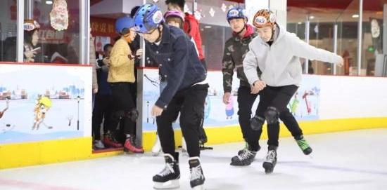 花甲大妈爱滑冰:与朋友同场竞技,澳门彩票网:像回到年轻时