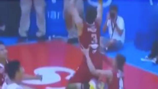 外国高校篮球联赛精彩一幕 球员托举同伴完成扣篮