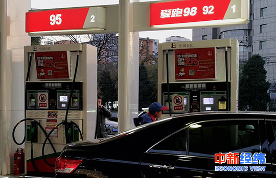資料圖:加油站工作人員正在給一輛出租車加油。中新經緯 王培文 攝