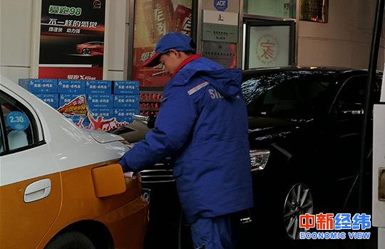资料图:加油站工作人员正在给出租车加油。中新经纬 王培文 摄