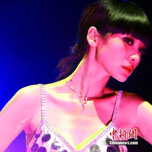 柳岩妖娆大露背演绎复古 迷离性感展舞娘风范