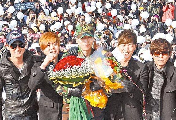 李在元/前H.O.T队友安七炫(左起)、文熙俊、张佑赫和安胜浩去接他。韩...