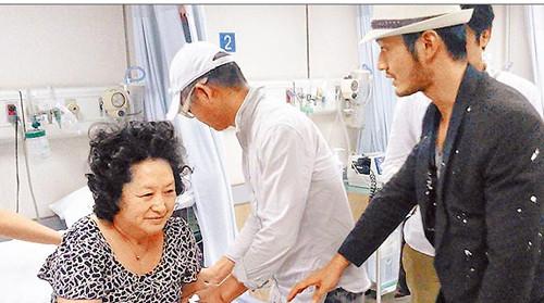 母亲在台血压飙高送医急诊黄晓明孝顺伺候(图)(2)