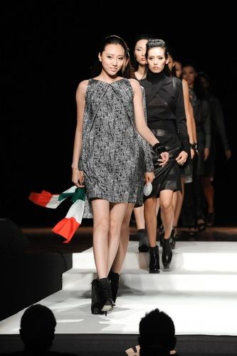 参加2011第二届罗仑国际之星模特大赛冠军—宋杨(图中) 图中)