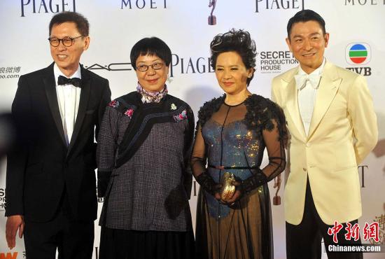 刘德华6月即将为人父,也时不时被台上两大美女刘嘉玲