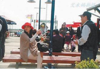王祖贤现身温哥华游玩俏皮摆各种POSE拍照留念
