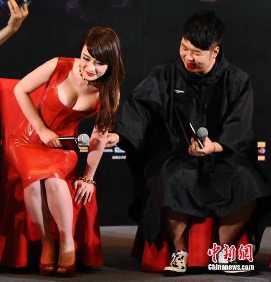柳岩紧身红裙秀事业线