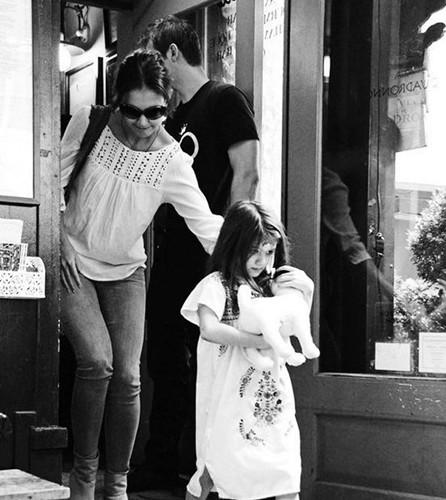 苏瑞手/13日,美国纽约,前阿汤嫂凯蒂带宝贝女儿参观儿童博物馆。