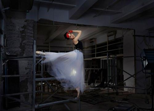 阿娇频发美照戴红色眼罩跳芭蕾舞优雅梦幻