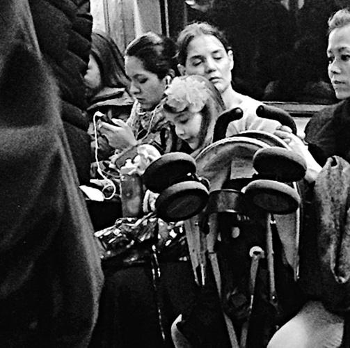 凯蒂离婚后变节俭与女儿苏瑞搭地铁出行