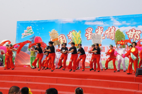 毕福剑下乡主持文艺演出 村里大娘表演骑马舞(图)
