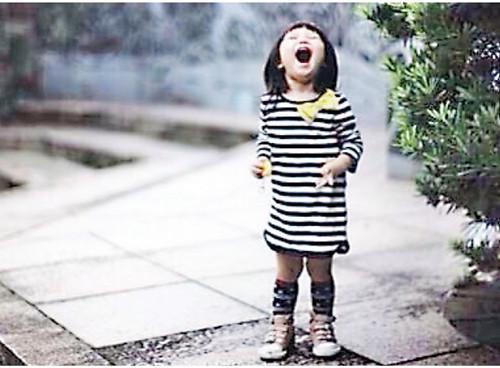 郑中基晒2岁女儿照 小公主开怀大笑可爱(图)