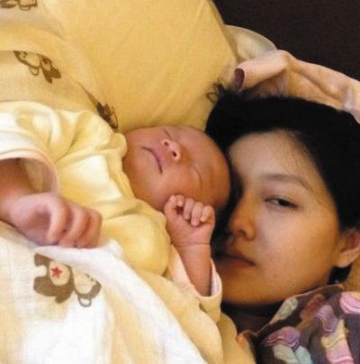 大s搂女儿睡觉显疲态 小宝宝睡相可爱(图)