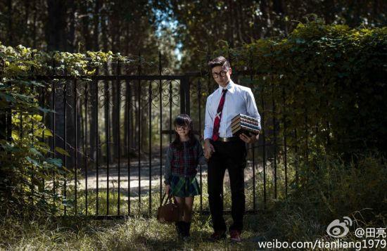 父女牵手手绘_田亮晒父女牵手照 带黑框眼镜酷似哈利波特(图)