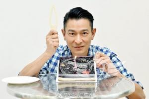 刘德华穿格子T恤庆生许愿:希望一直帅下去(图)