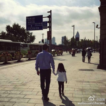 赵薇晒老公女儿背影照 网友求看正面照(图)