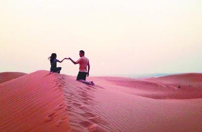 李亚鹏晒与女儿迪拜游玩照片 父女沙漠牵手(图)