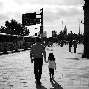 赵薇国外拍戏老公带娃晒父女牵手散步照(图)