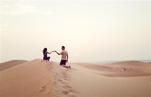 父女牵手手绘_照片中李亚鹏父女在沙漠中牵手,十分温馨.