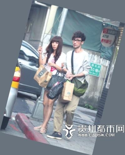 周传雄与妻子逛超市因胃病体型消瘦(图)