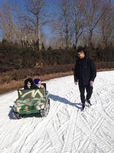 田亮帶兒女滑雪委屈:女兒坐「坦克」說