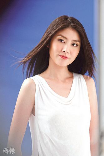bet36体育在线投注穿白裙拍广告似女神造型清新美艳(图)