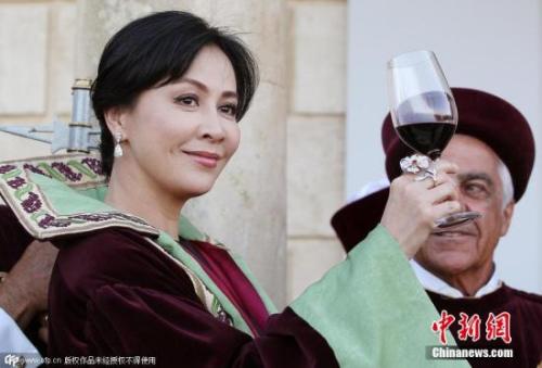 刘嘉玲法国受勋心情好:喝红酒终于喝出名堂