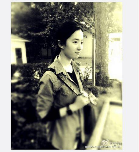 刘亦菲晒文艺范儿美照 斜挎包表情可爱