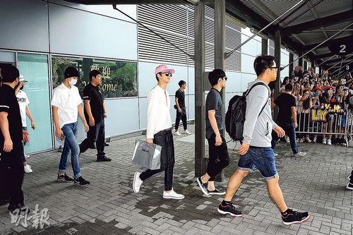 EXO赴香港粉丝提早3小时接机20余名保安严阵以待