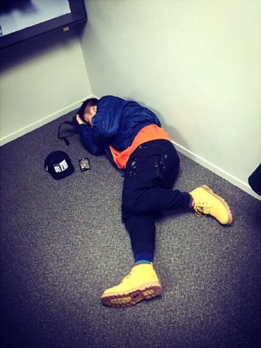 杜海濤運動后躺地上網友:肉坨坨的身體(圖)