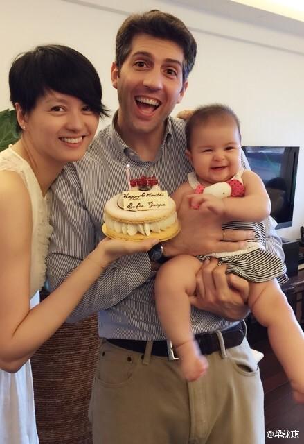 梁咏琪晒一家三口合影庆祝女儿满6个月(图)