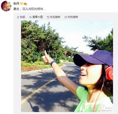 朱丹晨走侧颜出镜露微笑网友:像花儿一样(图)