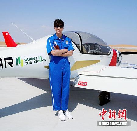 """张亮《冲上云霄》获赞成功挑战""""飞机拉烟""""(图)"""