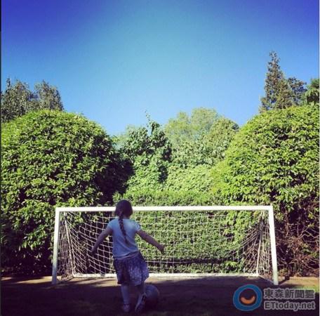 """贝克汉姆4岁女儿想踢足球维多利亚""""吃醋""""(图)"""