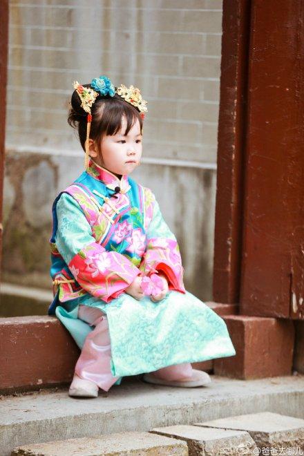 王宝强女儿娜娜穿旗袍装亮相呆萌可爱(图)