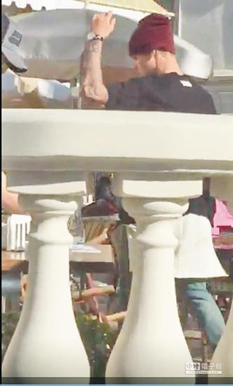 贾斯汀·比伯愤怒摔椅子服务生一旁看傻眼(图)