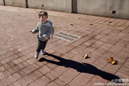 霍思燕爱子奔跑玩耍嗯哼笑容灿烂活泼可爱(图)