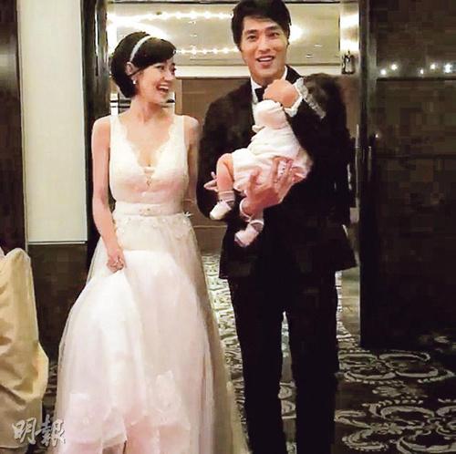 蓝正龙与周幼婷补摆婚宴抱女儿出席(图)